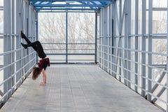 Mette in mostra la donna che fa l'allungamento all'aperto Immagine Stock Libera da Diritti
