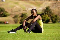 Mette in mostra la donna che si rilassa dopo l'allenamento Immagine Stock Libera da Diritti