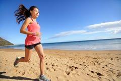 Mette in mostra la donna corrente del corridore dell'atleta sulla spiaggia Fotografia Stock