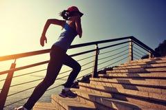 Mette in mostra la donna corrente su sulla spiaggia dell'alba delle scale Immagine Stock