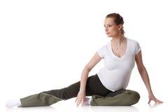 Mette in mostra la giovane donna incinta. Forma fisica. Fotografie Stock Libere da Diritti