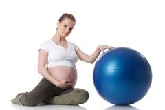 Mette in mostra la giovane donna incinta. Forma fisica. Fotografia Stock