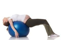 Mette in mostra la giovane donna incinta. Forma fisica. Fotografia Stock Libera da Diritti