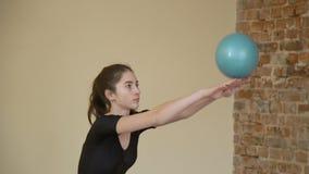 Mette in mostra la ragazza di esercizio della palla di ginnastica di stile di vita video d archivio