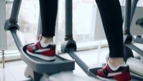 Mette in mostra le attività, piede dell'essere umano vanno sugli istruttori ellittici negli sport complessi archivi video