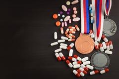 Mette in mostra le medaglie su un fondo di legno Raccolta delle medaglie per i vincitori Premi negli sport Fotografie Stock Libere da Diritti