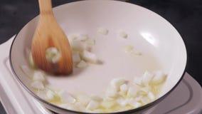 Mettendo cipolla nella padella poi che mescola la cipolla archivi video