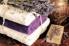 Mettendo con il sapone, gli asciugamani e la lavanda naturali fotografia stock