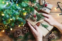 Mettendo i regali di Natale sotto un albero fotografia stock