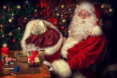 Mettendo i regali in una borsa Fotografia Stock