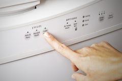 Mettendo il ciclo della lavastoviglie al lavaggio leggero, concetto di ottimo rendimento Fotografia Stock Libera da Diritti