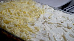 Mettendo il formaggio nella prova di cottura video d archivio