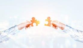 Mettendo il puzzle raduna fotografie stock