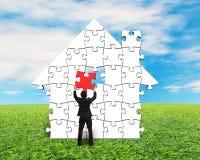 Mettendo il puzzle rosso nella casa modelli royalty illustrazione gratis