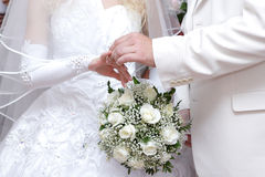 Mettendo su un anello di cerimonia nuziale Immagine Stock