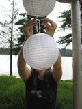 Mettendo sulle lanterne Fotografia Stock Libera da Diritti