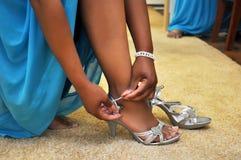 Mettendo sulle scarpe del tacco alto Fotografia Stock