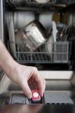Mettendo tabulazione nella lavapiatti Fotografia Stock Libera da Diritti
