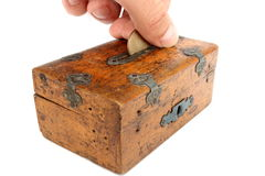 Mettendo una moneta nel moneybox Immagini Stock Libere da Diritti