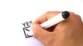 Mettere della mano trasversale scrivendo l'indicatore sì nero della penna a feltro video d archivio