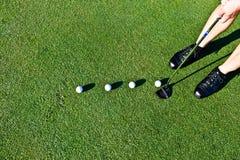 Mettere di pratica del giocatore di golf con parecchie palle Fotografia Stock Libera da Diritti
