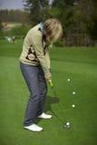 Mettere di pratica del giocatore di golf della donna Immagine Stock Libera da Diritti