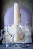 Mettere sui vetri di vino e della tavola Immagine Stock