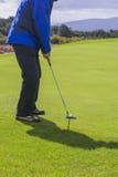 Mettere un golfball Fotografie Stock Libere da Diritti