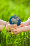 Mettez à la terre chez des mains du ` s des enfants Images stock