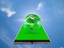 Mettez à la terre le globe au téléphone intelligent avec le chemin de coupure Photographie stock libre de droits