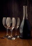 Mettez en bouteille et un verre de vin sur un backgroung en bois Image libre de droits