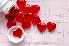 Mettez en bouteille et une dispersion des chiffres sous forme de coeurs rouges dessus Photographie stock