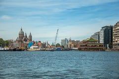 Mettez en communication avec des bateaux, des tours d'église et le restaurant de bâtiment de pagoda sur le canal sous un ciel ble Photographie stock