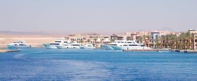Mettez en communication avec les yachts blancs luxueux renversants, Egypte images libres de droits