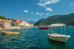 Mettez en communication dans la petite ville de touristes de Perast, baie de Kotor photo stock