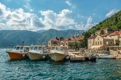 Mettez en communication dans la petite ville de touristes de Perast, baie de Kotor photographie stock libre de droits