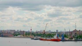 Mettez en communication la Temps-faute de la ville de saint-Peterburg dans un jour d'été de nuage clips vidéos