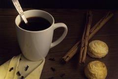 Mettez en forme de tasse le café avec de la cannelle et des biscuits sur la table en bois images libres de droits