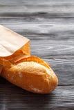 Mettez en forme de tasse le café et le pain dans le sac de papier sur le fond en bois photo stock