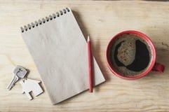 Mettez en forme de tasse le café sur le fond en bois avec la note vide, vue supérieure Photographie stock libre de droits