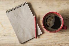 Mettez en forme de tasse le café sur le fond en bois avec la note vide, vue supérieure Image libre de droits
