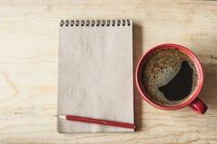 Mettez en forme de tasse le café sur le fond en bois avec la note vide, vue supérieure Photos libres de droits
