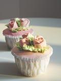 Mettez en forme de tasse le dessert de gâteau avec la décoration de Rose et de fleur Photographie stock