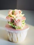 Mettez en forme de tasse le dessert de gâteau avec la décoration de Rose et de fleur Image stock