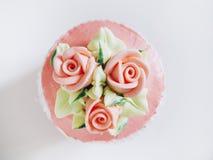 Mettez en forme de tasse le dessert de gâteau avec la vue supérieure de décoration de Rose et de fleur Photo stock