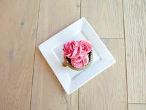 Mettez en forme de tasse le gâteau Photographie stock
