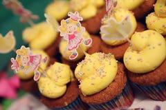 Mettez en forme de tasse les gâteaux Photographie stock
