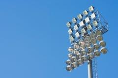 Mettez en lumière la tour du stade sur le ciel avec l'espace de copie Photographie stock libre de droits