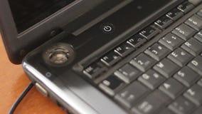Mettez en marche l'ordinateur avec le doigt masculin banque de vidéos