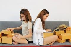 Mettez en marche la boîte en carton d'emballage de propriétaire d'entrepreneur de petite entreprise à la maison images libres de droits